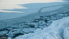 На Колыме спасатели достали тела четырех человек из провалившейся под лед машины