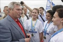 Победители забега PLATOV RUNWAY получили награды из рук донского губернатора