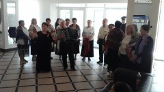 Избирателей Черкесска встречают музыкой и конфетами