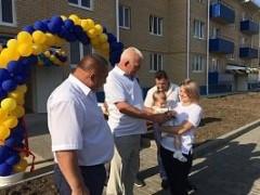 В Белой Глине вручили ключи от квартир 12 врачам и одной учительской семье