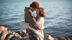 Опрос: 48% россиян верят в любовь с первого взгляда
