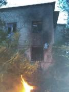 В селе Малые Дербеты при пожаре мужчина получил ожоги, проводится проверка