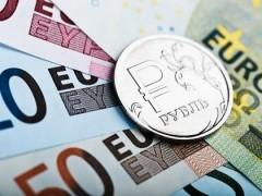 Доллар и евро подешевели почти на 1,5 рубля