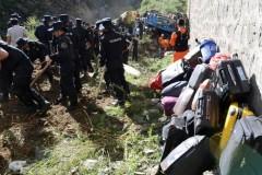 В Китае минивэн упал со скалы, восемь человек погибли